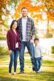 Pais da raça misturada da queda e filho chineses e caucasianos Imagens de Stock
