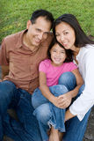 Pais de amor de Asain e seu sorriso das filhas Fotografia de Stock Royalty Free
