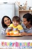 Pais de sorriso que comemoram o aniversário do seu filho Imagem de Stock Royalty Free