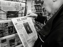 Pais do EL da imprensa do quiosque de jornal da imprensa da compra do homem superior fotografia de stock royalty free