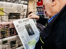 Pais do EL da imprensa do quiosque de jornal da imprensa da compra do homem superior imagem de stock