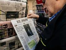 Pais do EL da imprensa do quiosque de jornal da imprensa da compra do homem superior foto de stock