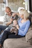 Pais e bebê no regaço em casa, paizinho com câmera Fotos de Stock Royalty Free