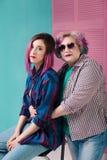Pais e crianças contemporâneos com roupa e os stylis brilhantes Foto de Stock Royalty Free