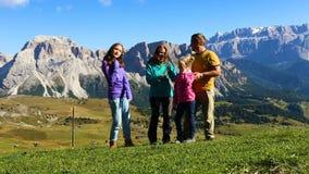 Pais e crianças em uma grama e vista das montanhas filme