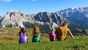 Pais e crianças em uma grama e vista das montanhas video estoque