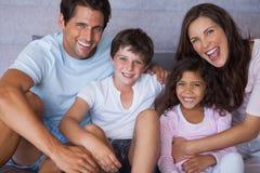 Pais e crianças que sorriem na câmera Foto de Stock Royalty Free