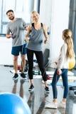 Pais e filha com cordas de salto no health club foto de stock