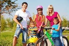 Pais e miúdos ativos Fotos de Stock Royalty Free