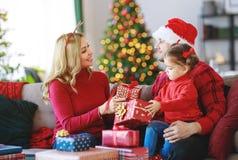 Pais felizes da família e presentes abertos da filha da criança na manhã de Natal foto de stock royalty free