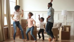 Pais felizes e crianças africanos da família que dançam comemorando dia movente video estoque