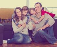 Pais felizes e crianças felizes passar em casa o tempo Fotos de Stock
