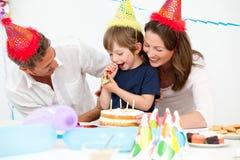 Pais felizes que comemoram o aniversário do seu filho Imagens de Stock Royalty Free