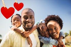 Pais felizes que dão às cavalitas a suas crianças Foto de Stock