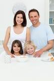 Pais felizes que levantam com suas crianças Fotos de Stock Royalty Free