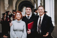 pais graduados feliz Bom modo Tenha o divertimento fotografia de stock royalty free