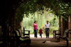 Pais junto com a filha funcionada no túnel Fotografia de Stock