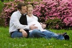 Pais Loving que esperam o bebê imagem de stock royalty free