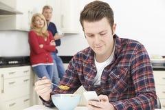 Pais maduros frustrados com o filho adulto que vive em casa Imagens de Stock Royalty Free