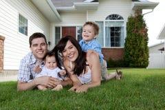 Pais novos com crianças Foto de Stock