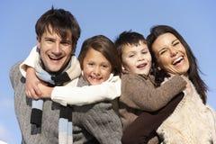 Pais que andam às cavalitas suas crianças Fotos de Stock