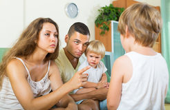 Pais que discutem a criança na casa imagem de stock royalty free