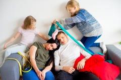 Pais que dormem em um meio de uma confusão fotografia de stock royalty free