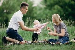 Pais que ensinam a filha do bebê andar fotografia de stock