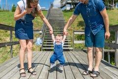 Pais que ensinam o bebê andar fotos de stock royalty free