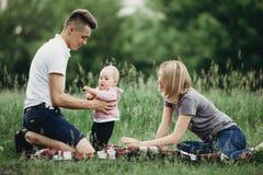 Pais que ensinam sua filha pequena andar fotografia de stock
