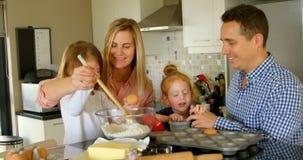 Pais que ensinam suas crianças preparar a massa na cozinha 4k filme