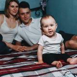 Pais que guardam as mãos, olhando sua filha fotos de stock royalty free