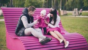 Pais que jogam com filha do bebê vídeos de arquivo