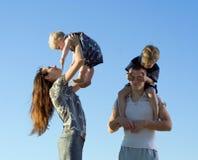 Pais que jogam com miúdos. Fotografia de Stock Royalty Free