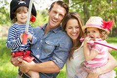 Pais que jogam o jogo da aventura com crianças Imagem de Stock Royalty Free