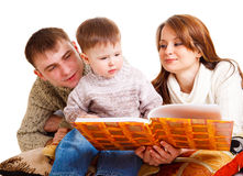 Pais que lêem a seu miúdo Fotografia de Stock Royalty Free