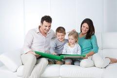 Pais que leem com suas crianças Foto de Stock