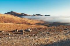 Paisagem árida com névoa da montanha fotos de stock royalty free