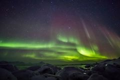 Paisagem ártica bonita com aurora boreal - Spitsbergen do fiorde, Svalbard Fotografia de Stock Royalty Free