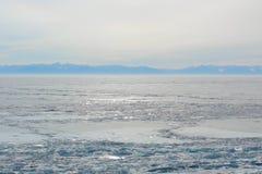 Paisagem ártica com lago congelado dentro congelar-sobre o tempo imagens de stock royalty free