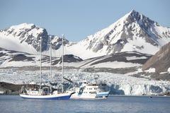 Paisagem ártica - navios sob a geleira Foto de Stock