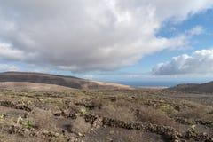 Paisagem áspera do solo vulcânico, ilha de Lanzarote, Espanha foto de stock