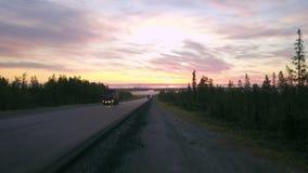Paisagem épico, tiro aéreo da estrada ao horizonte com montanhas imagens de stock
