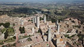 Paisagem aérea do zangão da vila maravilhosa de San Gimignano Um patrimônio mundial do UNESCO Toscânia, Italy video estoque