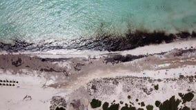 Paisagem aérea do zangão surpreendente da praia encantador Es Trencs Mallorca spain video estoque