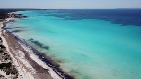 Paisagem aérea do zangão surpreendente da praia encantador Es Trencs Mallorca spain vídeos de arquivo