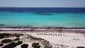 Paisagem aérea do zangão surpreendente da praia encantador Es Trencs Mallorca spain filme