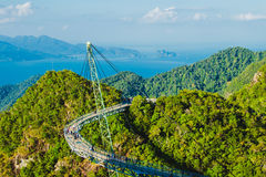 Paisagem aérea excitante com ponte do céu, símbolo Langkawi, Malásia Feriado da aventura Tecnologia moderna Atração turística imagens de stock