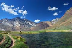 Paisagem Aconcagua do lago e das montanhas imagem de stock