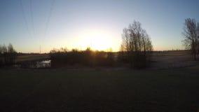 Paisagem adiantada da mola com lagoa e nascer do sol, lapso de tempo 4K filme